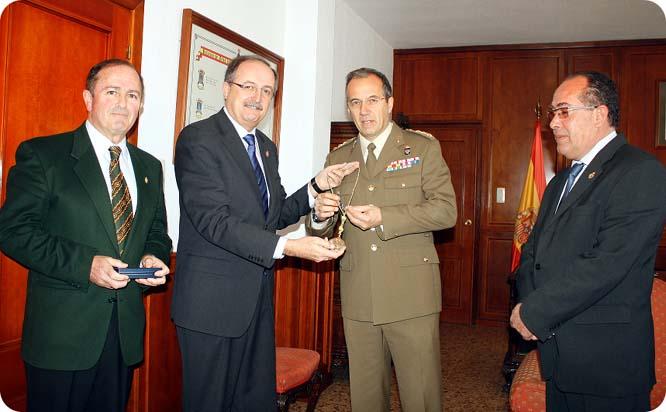 El Coronel Jefe del Regimiento RAA 73 recibe la medalla del Resucitado